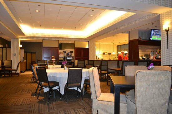 Embassy Suites by Hilton Portland Maine : Dining and food area