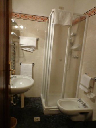 Hotel Collodi: bathroon