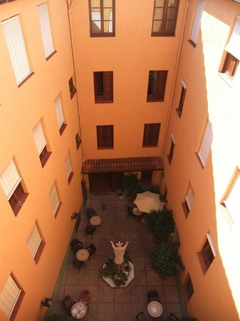 Hostal Loreto: Courtyard where you can eat breakfast or just relax and cool off.