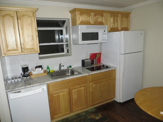 Americas Best Value Inn & Suites - Royal Carriage: Room with kitchen