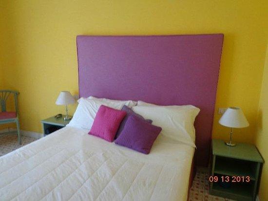 Hotel La Bougainville : Vista parcial del cuarto.