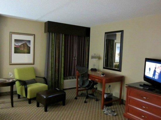 Hilton Garden Inn Raleigh-Durham Airport: lounge and desk area