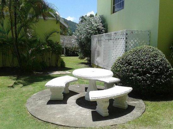 Bay Gardens Hotel: Jardin