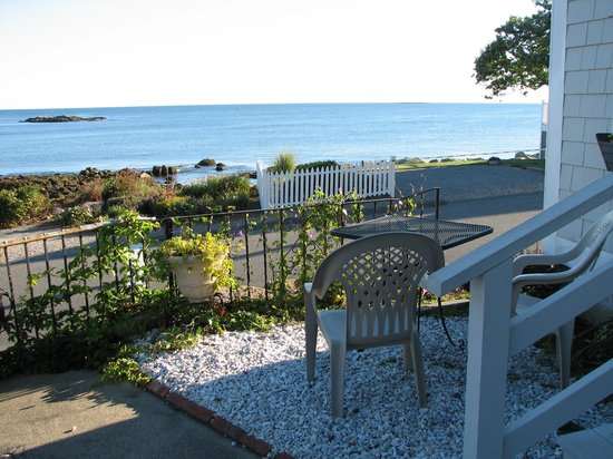 Beach Knoll Inn: Patio with view