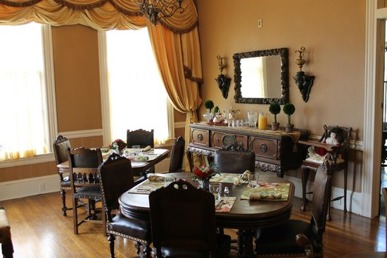 The Lasker Inn: The dining room just before brunch