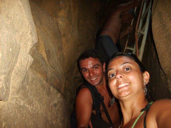 Baia do Sancho : Descida por dentro da pedra.