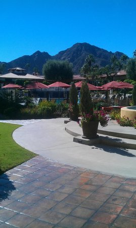 Miramonte Indian Wells Resort & Spa: view of the main pool from the lobby