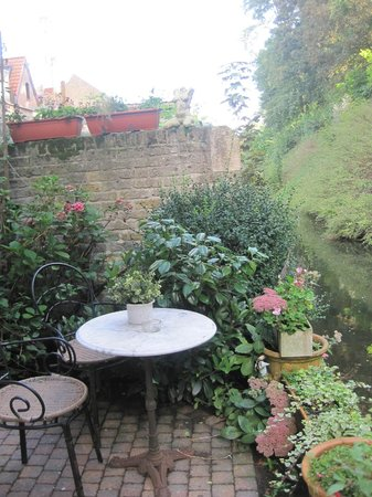 Baert Bed & Breakfast: Outdoor patio of the gold room, right on the canal!