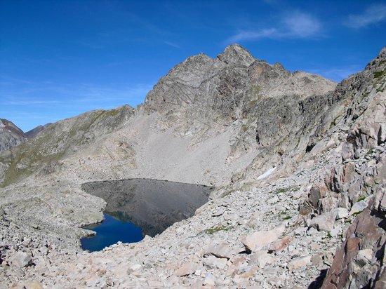 Hotel Vicente: ibon de Xuans (2585m) y pico Serrato (2888m)