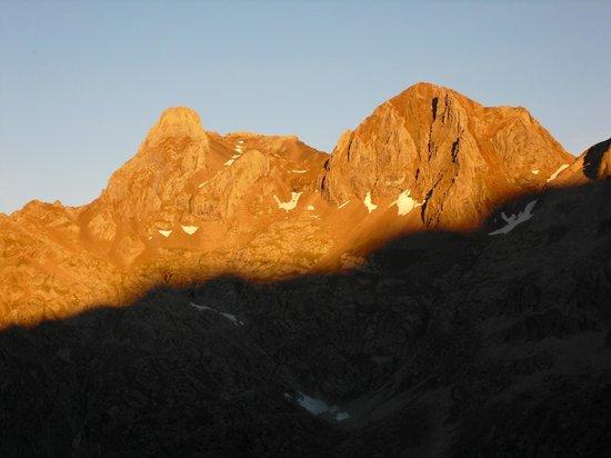 Hotel Vicente: picos de Argualas (3046m,izq,) y Garmo Negro (3051m)