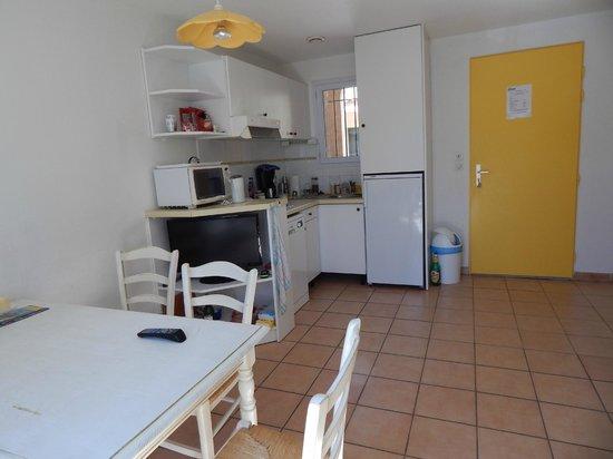 Résidence L'Oustal des Mers : kitchen