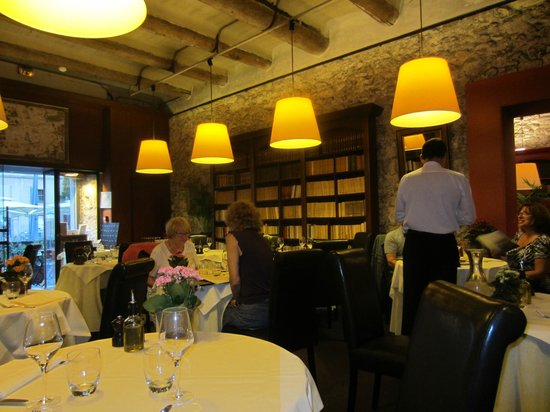 Les Arcenaulx : Charming Dining Room
