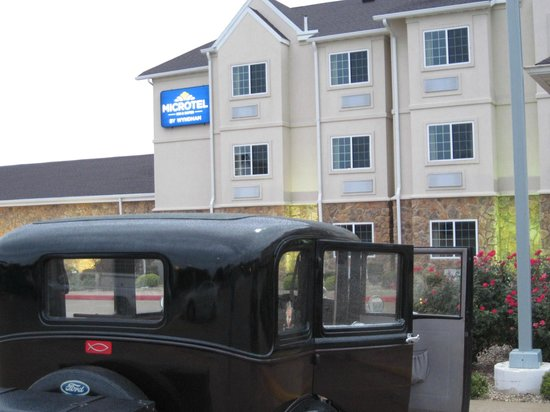 Microtel Inn & Suites by Wyndham Quincy: We felt secure parking our 1930 Model A in the well-lighted lot.
