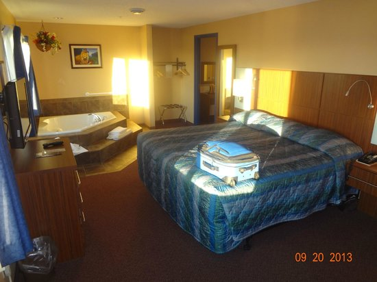 Dakota Magic Casino & Hotel: bed in 1 bdrm suite w/Jacuzzi.