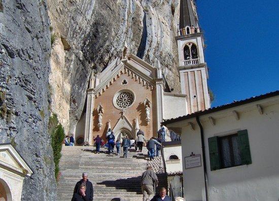 N 1 tappa della via crucis picture of santuario for Santuario madonna della corona