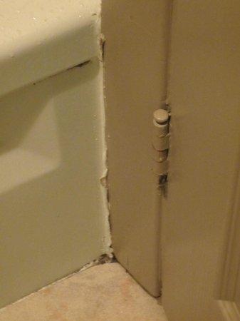 Comfort Inn Clifton Hill - Niagara Falls Hotel: Rust in shower/tub area