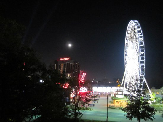 Comfort Inn Clifton Hill - Niagara Falls Hotel: Night view from our balcony.  Outstanding!