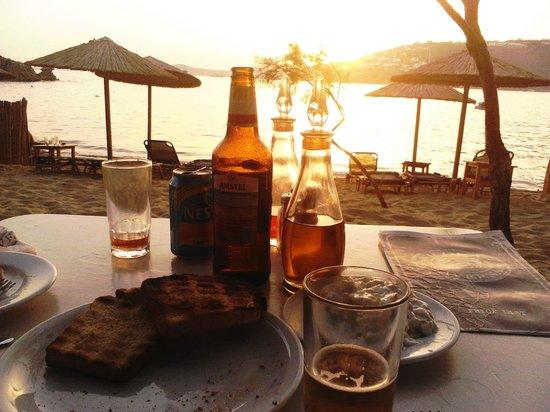 Almyra Guest Houses : Cae el sol sobre la playa Paraga, a solo pasos de Almyra. El bar Nikolas y todo un momento mágic