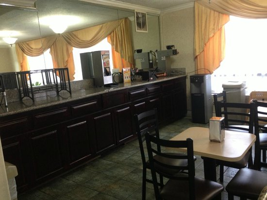 Rodeway Inn Near Stubhub Center: Breakfast Area