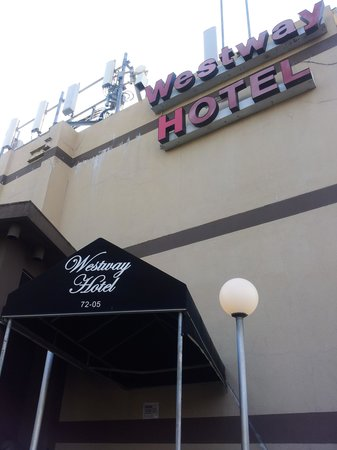 Westway Hotel Laguardia Airport: Front exterior side of Hotel(Hostel)