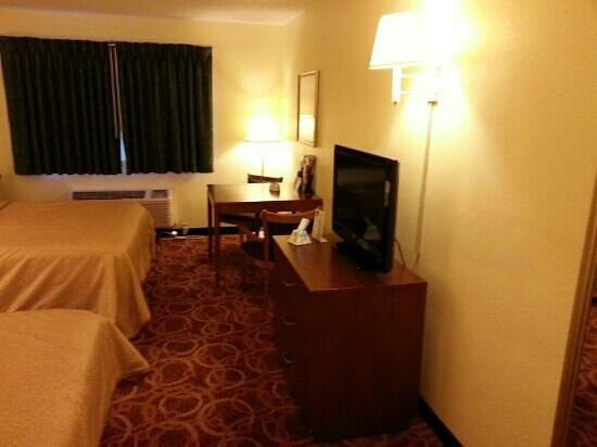BEST WESTERN Ambassador Inn & Suites : tv in room