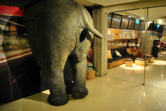 Lub d Bangkok Silom : elephant at the door
