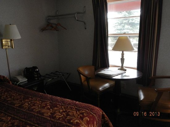 Wagon Wheel Motel: Table and chair