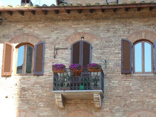 Piazza della Cisterna: <3 Gimignano - beauty everywhere
