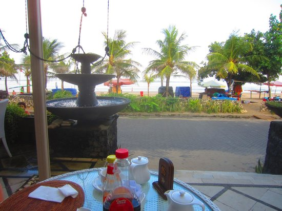 Puri Raja: Restaurant overlooking beach