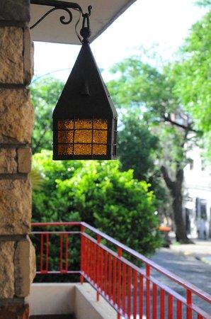 El balcon de Dogo Hostel sobre calle Cabrera