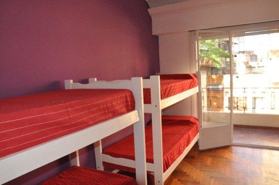 DOGO HOSTEL: Habitación VIOLETA para 6 huéspedes con salida al balcón!