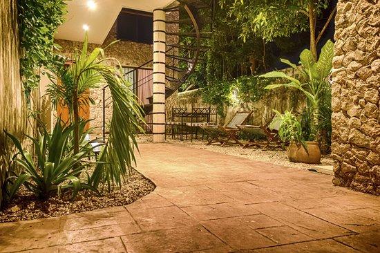 Casa Del Maya: Rear Courtyard