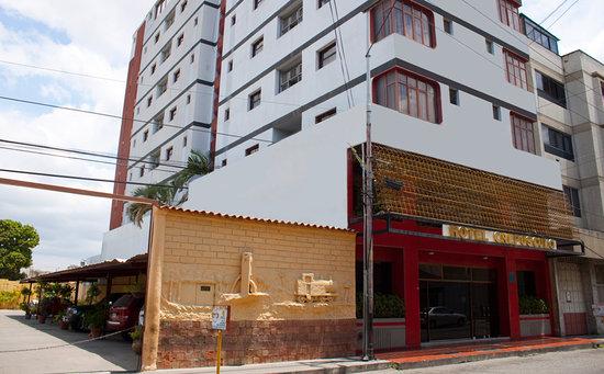 Hotel Crepusculo: Exterior: Entrada principal, por la calle 41
