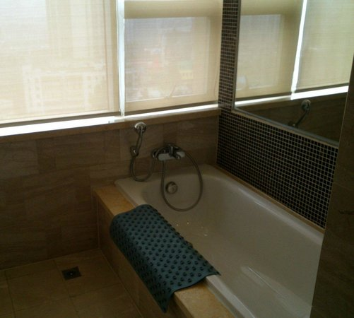 Dongfang Haojing Garden Hotel: Bathroom has a separate tub and shower.