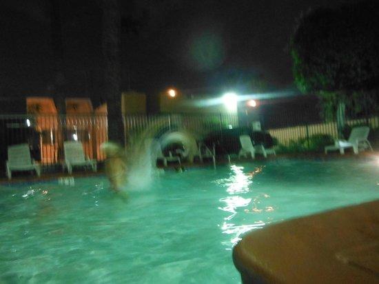 Econo Lodge Airport: Enjoying the pool!!