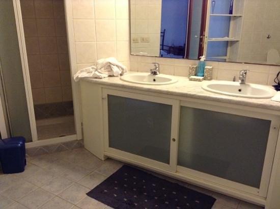 Bagno con doppio lavandino foto di eleonora bed - Bagno doppio lavandino ...