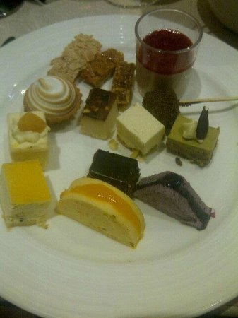 Hollywood International Buffet: Mini desserts