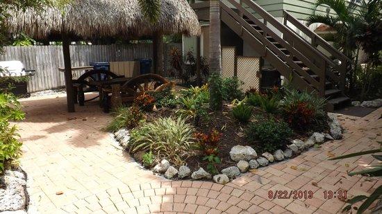 Sunrise Garden Resort : Tiki and grill area