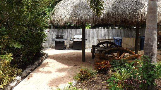 Sunrise Garden Resort: Tiki and grill area