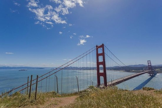 สะพานโกลเดนเกท: A golden gate vista do outrolado, com San Francisco ao Fundo