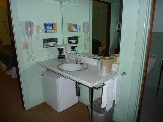 Highbrook Motel: Mini Suite Dressing Area