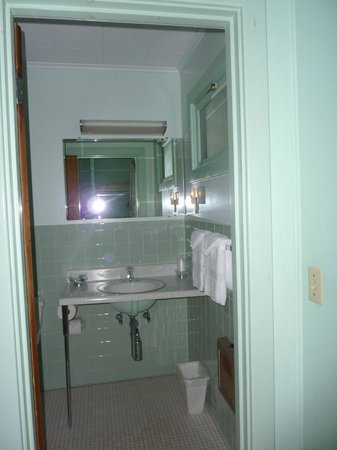 Highbrook Motel: Mini Suite Bathroom