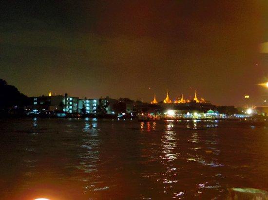 Krua Rakang Thong: 川向こうの王宮が見えます。窓越しなので写りは今イチ。