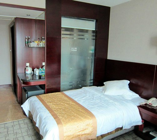 Haomen Hotel: Room and comfortable bed.