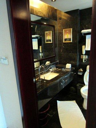 Haomen Hotel: Bathroom.