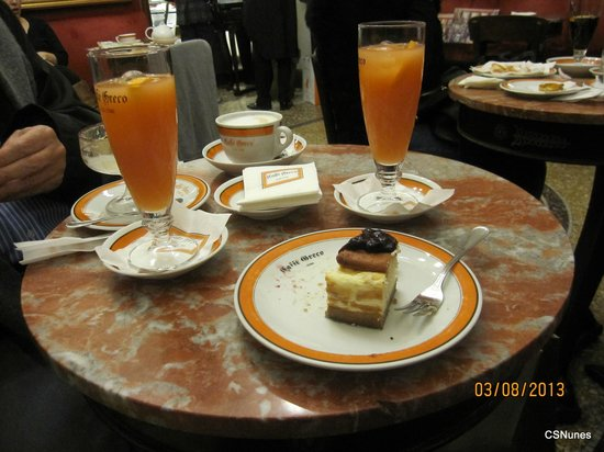 Caffe Greco: Enjoying a cheesecake, a tiramisù with the Paradiso drink.