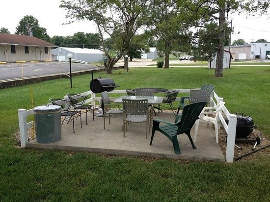 Twin Pine Motel : Grounds include Barbecue area