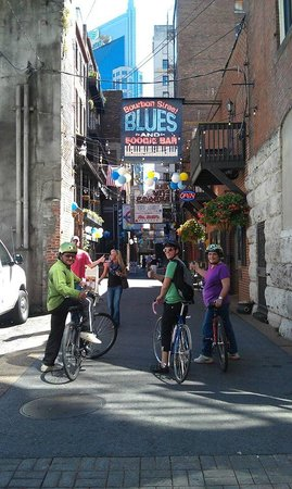 Green Fleet Bicycle Tours: Here we are entering Painter's Alley.