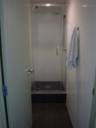 Base Rotorua: Ensuite shower in dorm room.