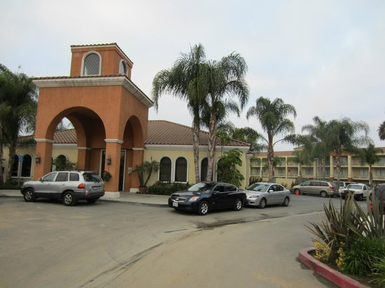 Cortona Inn & Suites Anaheim Resort : Construction of hotel off of lobby area